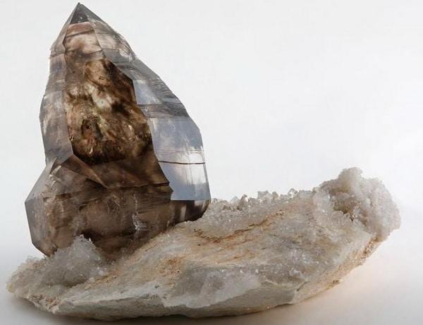 Камень раухтопаз необработанный