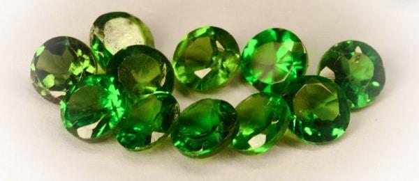 Обработанные камни хромдиопсида