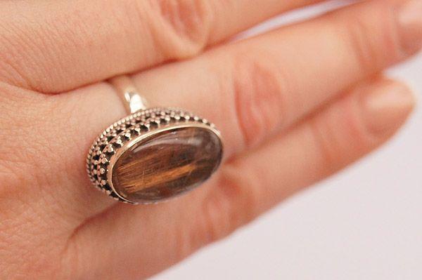 кольцо с камнем волосатика